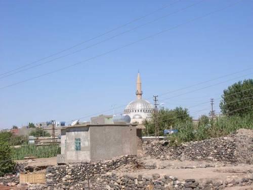 In Idil: Nicht weit weg von der Kirche ist die Moschee