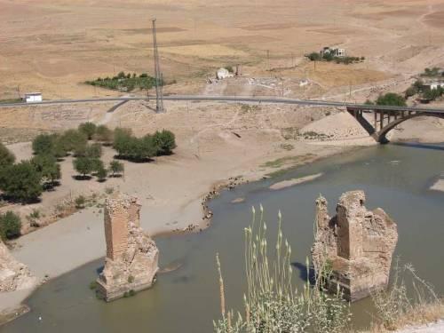In der alten Stadt am Tigris - Hasankeyf - Reste einer römischen Brücke über den Tigris