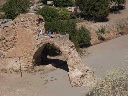 Reste einer alte Brücke am Tigris in Hasankeyf