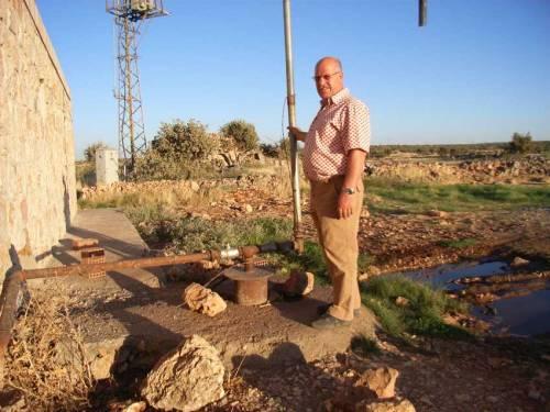 Yakob Demir vor dem Wirtschaftsgebäude von Kafro