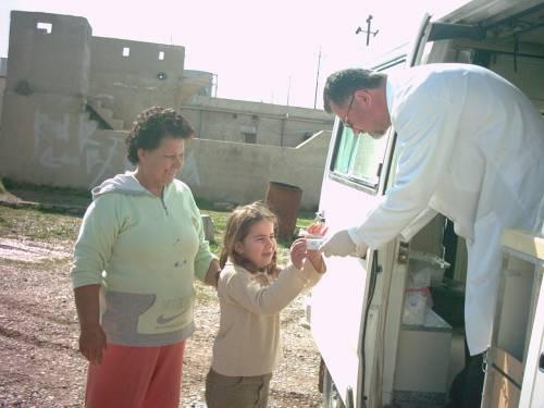 Ein Zahnarzt von CAPI besucht die Dörfer