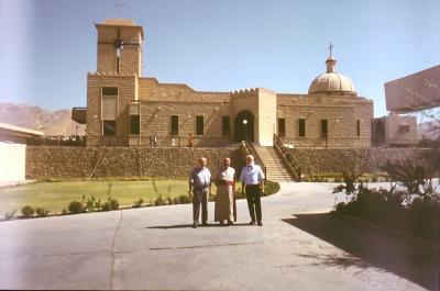Vor der chaldäischen Bischofskirche: Bischof Petros in Dohuk