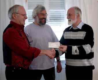 Übergabe eines Schecks vom Friedensbündnis Biberach