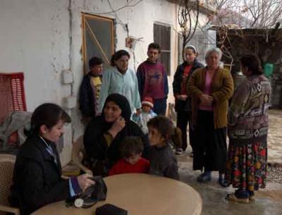 Dr. Haifa besucht die Dörfer und hält Sprechstunden ab