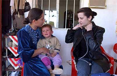 Dr. Haifa berät eine Mutter in der Sprechstunde