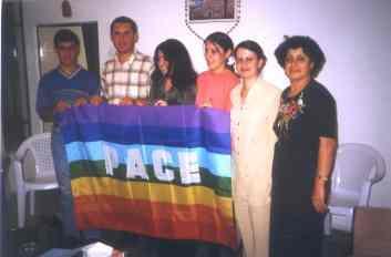 Studenten von CAPI mit Pace Fahne bei unserem Besuch im Jahr 2003