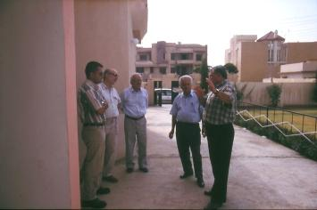 Gespräche mit CAPI in Sumail vor der neuen Gemeinde Halle