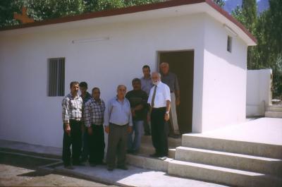 Vor der neuen Kirche in Baz im Jahr 2003
