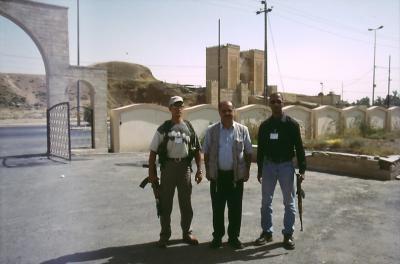 Narsai  in Mosul mit seinen Bodyguards, im Hintergrund das Nineveh Tor