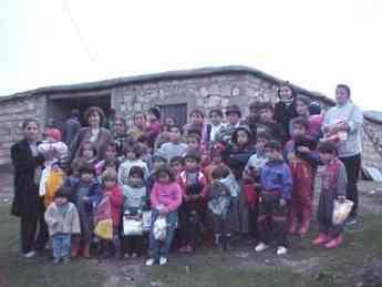 Kinder eines Dorfes bekommen einen Weihnachtsagruss