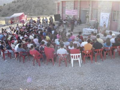 Versammlung beim Zeltlager mit Yonadam Kanna von der irak. Nationalversammlung
