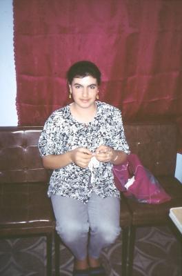 Junge Frau beim Häckeln - im Jahr 1994