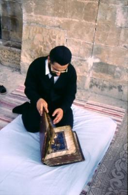 Abuna Gabriel in Mardin - er öffnet ein altes Evangeliar