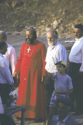 Bischof Timotheos u. Horst Oberkampf auf der Baustelle - im Jahr 1995