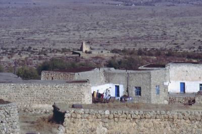 Im Hintergrund eine der ursprünglich 25 Kirchen von Bsorino