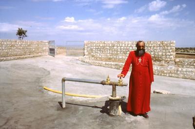 Bischof Timotheos ist stolz auf den neuen Brunnen im Kloster - im Jahr 1995