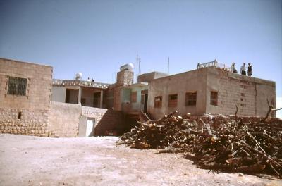 Marbobo - von Dorfwächtern auf den Hausdächern belästigt - im Jahr 1994