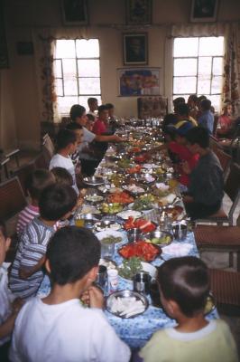 Die Jugendlichen  in Miden essen gemeinsam - im Sept. 1997