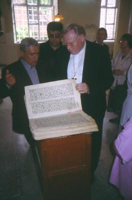 Beim Durchblättern des Evangeliars in der Bischofskirche von Mydiat