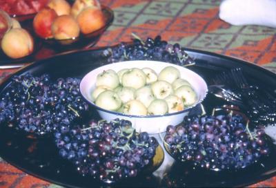 Aus der Fülle: Trauben, Äpfel, Pfirsiche