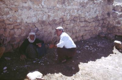 Malphono Isa und die Zeitzeugin in Ayinvert - im Jahr 1994