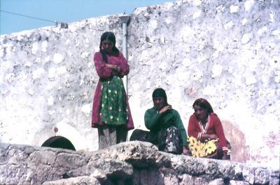Die Mädchen beobachten aus der Ferne
