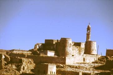 Die mächtige Kirche von Ayinvert - wie eine Festung