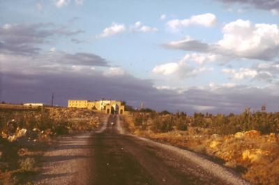 In der Ferne: Kloster Mar Gabriel