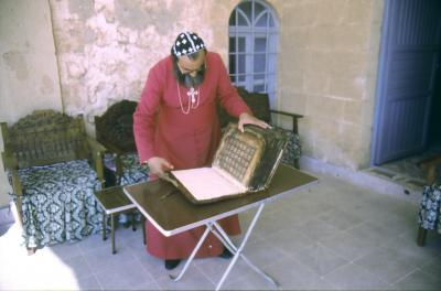 Bischof Timotheos öffnet das Evangeliar von Hah